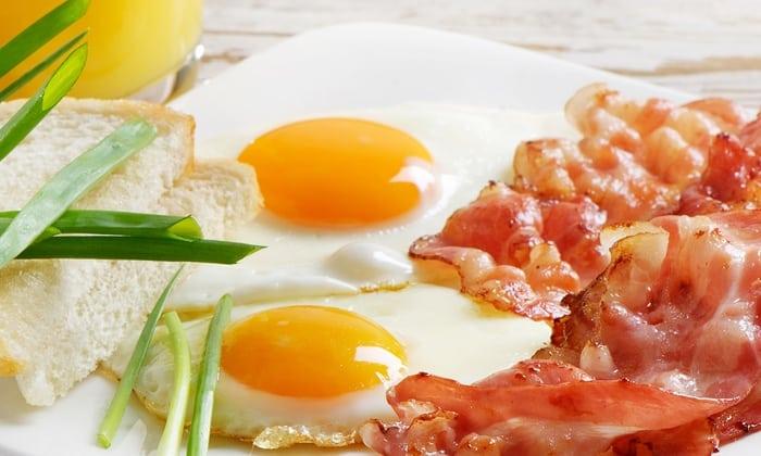 Обычная яичница с беконом придаст вам сил и энергии