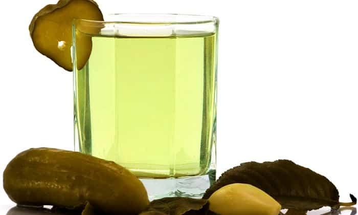 Проверенный временем продукт, который, кстати, отлично справляется с восполнением дефицита жидкости в организме – это капустный или огуречный рассол