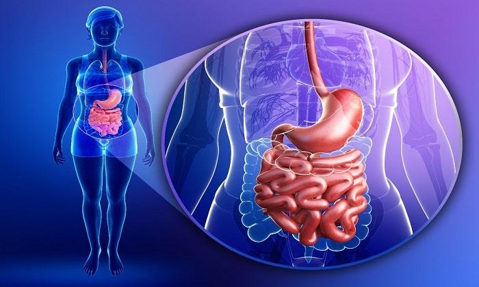 Кисломолочный напиток легко усваивается организмом и восстанавливает работу органов ЖКТ