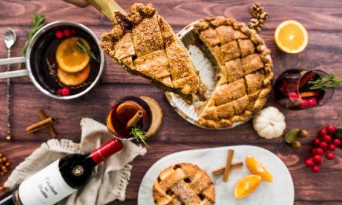 Самый популярный вариант – закусывать глинтвейн пирогом или различными печеньями, однако выпечка не должна быть слишком сладкой