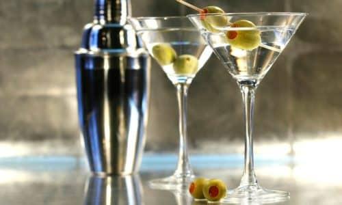Изысканным блюдам, гурманы предпочтут нанизанную на шпажку оливку