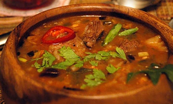 К самым известным супам в мире, помогающим бороться с неприятными ощущениями, относятся первые блюда с субпродуктами например Грузински Хаш