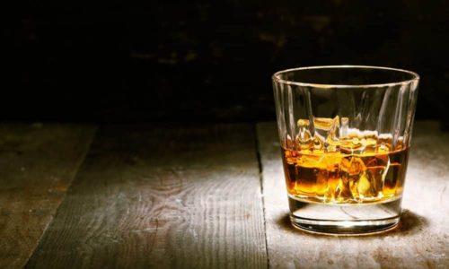 Пить кальвадос рекомендуется не спеша, маленькими глотками, в течение не менее 40 минут