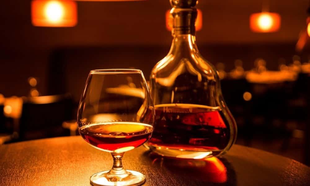 Пьют этот крепкий напиток из специальных небольших бокалов в форме нераскрывшегося тюльпана