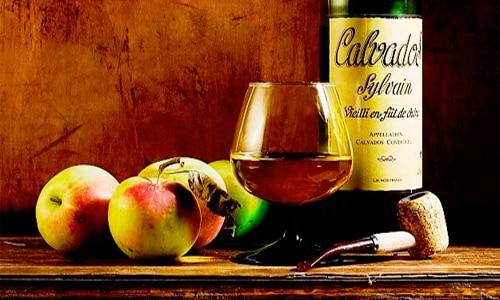 Родиной кальвадоса является Нормандия, где его впервые начали производить французы в XVI веке. Если изначально этот напиток крепостью 40% делали исключительно из яблок, в настоящее время он выпускается трех видов