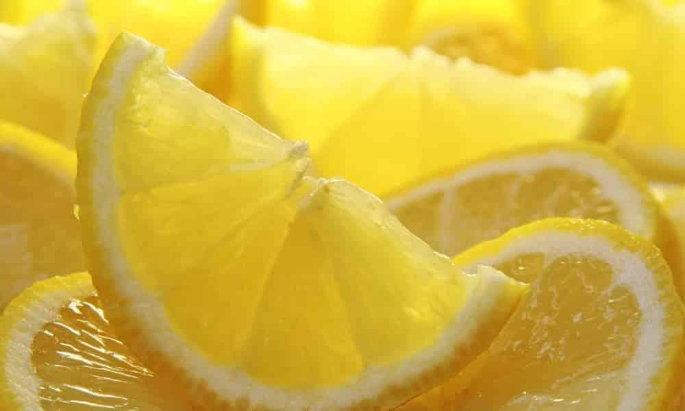 Для избавления от головной боли можно натереть виски лимоном