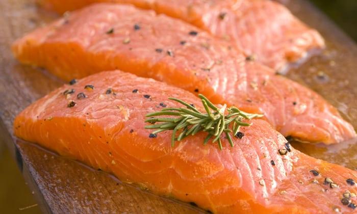 Удачно оттенить вкус вермута помогут небольшие канапе с лососем