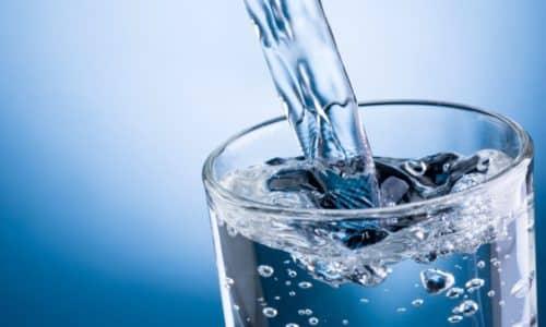 Для снятия похмелья следует выпить не менее 1,5 литров воды в течение двух-трех часов