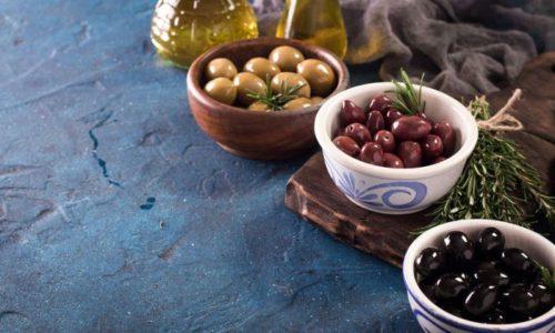 Оливками принято закусывать не только сам мартини, но и коктейли на его основе