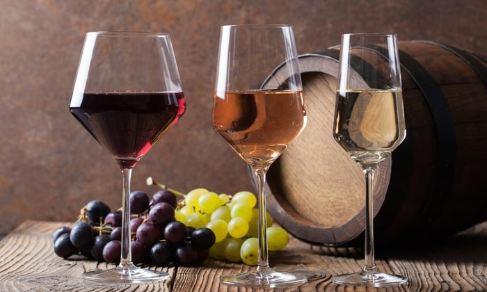 Вермут – это крепленое вино, в которое для ароматизации и улучшения вкуса добавляют различные пряности и лекарственные растений