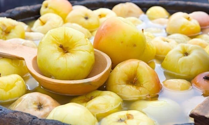 Закусывать медовуху можно мочеными яблоками