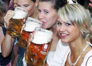 Девушки пьют пиво