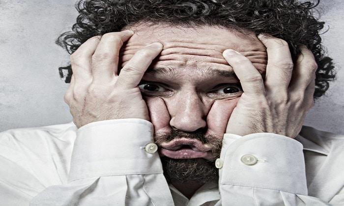 Признаком третьей стадии алкоголизма является постоянная тревога, паническое состояние