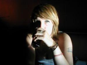 девочка со стаканом