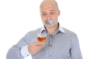 человек с заклеенным ртом
