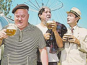 трое пьют пиво