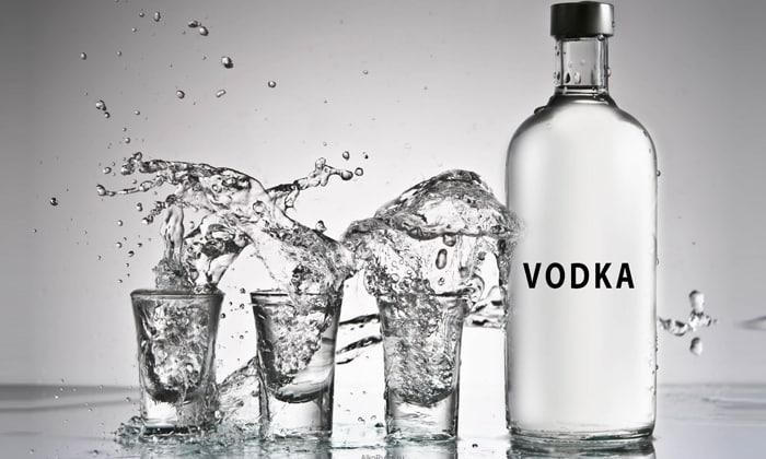 Для взрослого мужчины смертельная доза составляет около 3 бутылок водки, но этот же объем алкоголя мужчина может выпить в течение вечера и получить только острый токсикоз