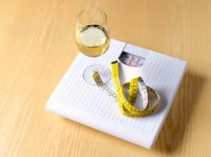 весы и бокал вина