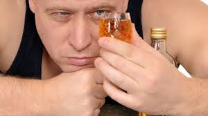 пить  крепкие  алкогольные  напитки