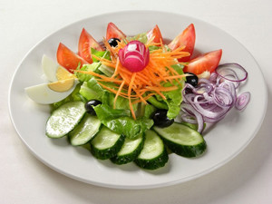 Овощной салат за несколько часов до употребления алкоголя