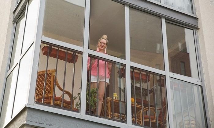 Облегчить самочувствие поможет свежий воздух. Например, можно выйти на балкон