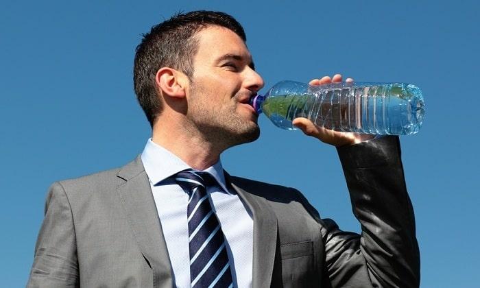 Поправить здоровье поможет чистая негазированная вода, которая ускоряет процесс вывода из организма токсических веществ