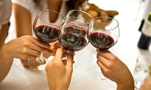 Традиции употребления алкоголя существуют столетиями. Однако до сих пор не прекращаются споры о том, можно ли каждый день пить вино