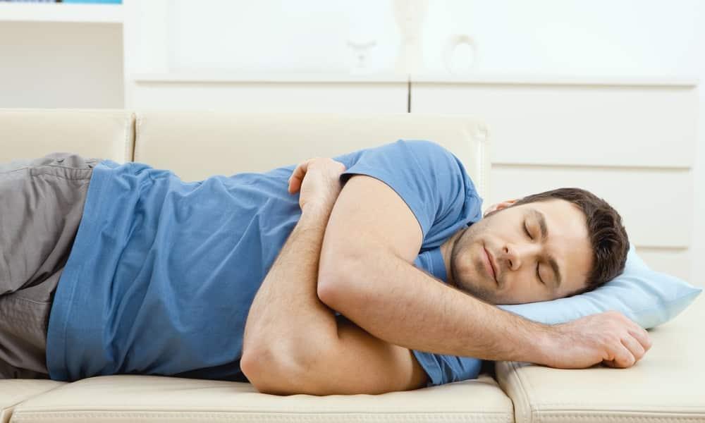 Находясь в состоянии опьянения, человек не может трезво оценивать свои поступки, поэтому лучше всего попытаться уговорить пьяного родственника лечь спать