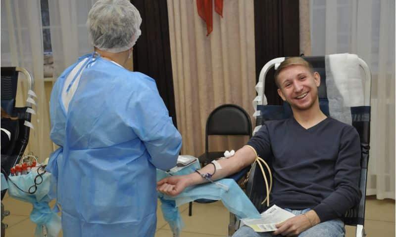 В запущенных случаях, когда организм самостоятельно не способен очищать кровь, специалисты назначают искусственную чистку (гемодиализ)
