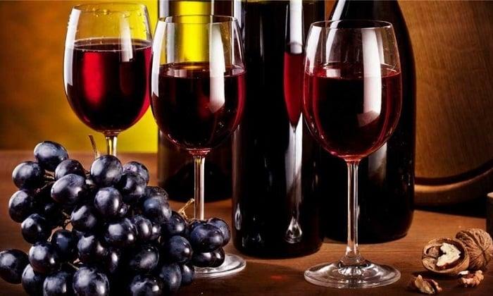 Особенно богато полезными ингредиентами красное вино, поскольку при его изготовлении используется цельная ягода с кожурой, насыщенной биологически активными веществами