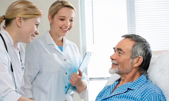 Для вывода из запоя рекомендуется направление пациента в медицинское учреждение. В условиях стационара применяются препараты, которые предотвращают развитие прогрессирующих болезней