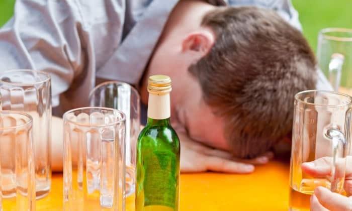 Выраженность симптомов зависит от того, как долго человек употреблял алкоголь, какое количество спирта поступило в организм за указанный период