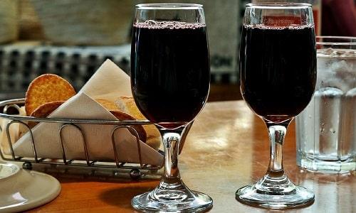 Если употреблять вино в небольших количествах - не более 1-2 стаканов в день, это благоприятно скажется на внутренних органах и внешнем виде