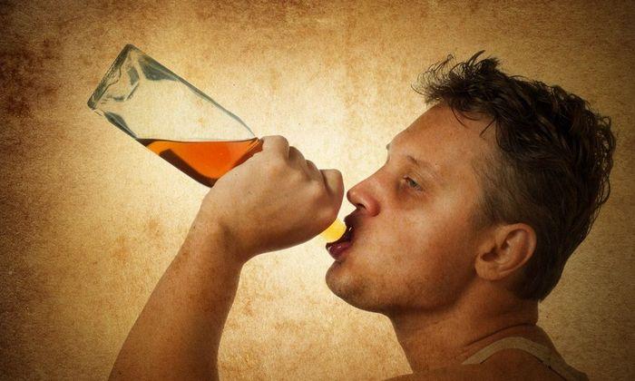 Распространенным вариантом является синдром зависимости. На этой стадии пьющий человек теряет защитный рвотный рефлекс и уже принимает большие дозы алкоголя