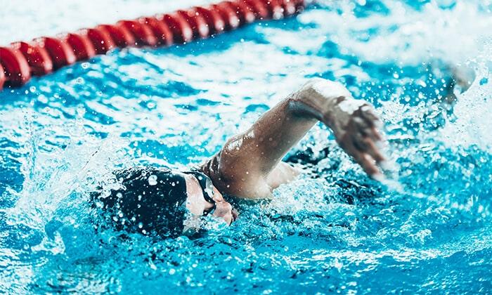 Многим людям нравится плескаться в воде, поэтому походы в бассейн могут стать не только тренировкой, но и приятным вариантом отдыха