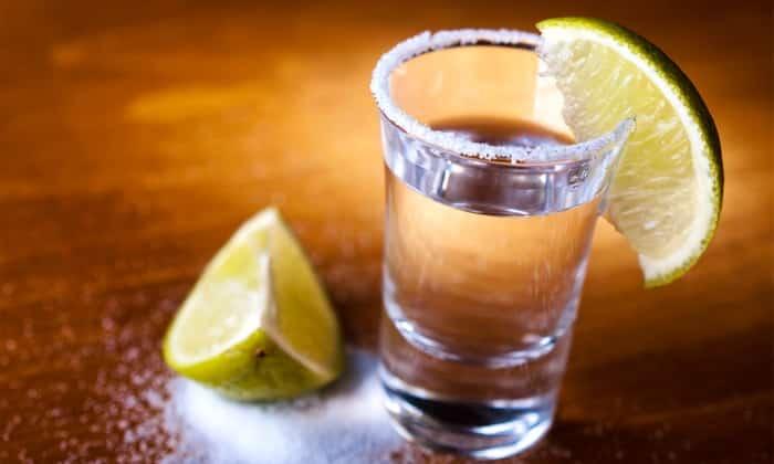 Водка относится к крепким алкогольным напиткам, поэтому употреблять ее при лактации нежелательно