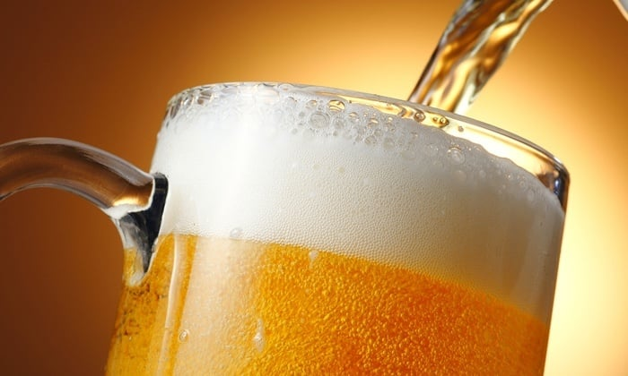 Если кормящая мама любит пиво, ей нужно отдавать предпочтение некрепким напиткам с минимумом искусственных добавок в составе