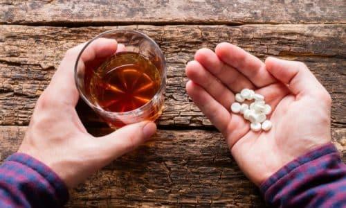 Смешивать прием медицинских препаратов и спиртного не рекомендуется, влияние будет негативным