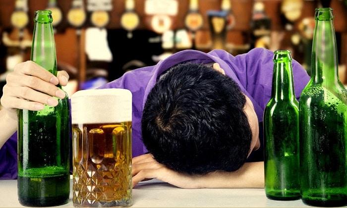 Наркологи выделяют отдельный вид алкоголизма — пивной. Он развивается медленно и незаметно, но наносит урон здоровью не меньший, чем крепкие алкогольные напитки