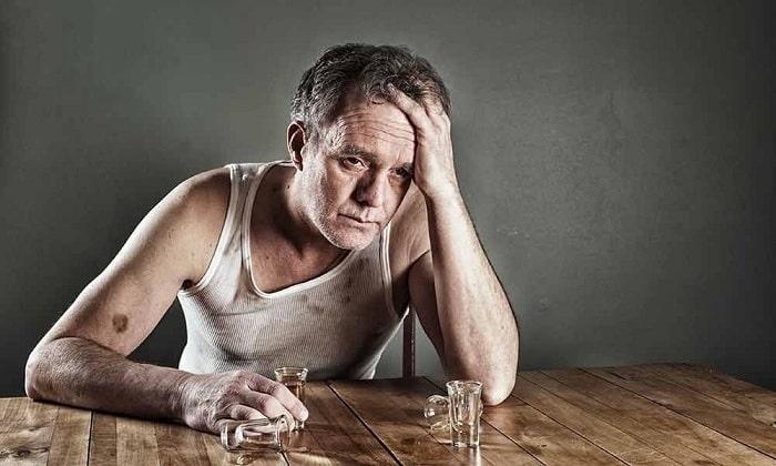 Из-за чрезмерного распития спиртных напитков человек страдает похмельным синдромом