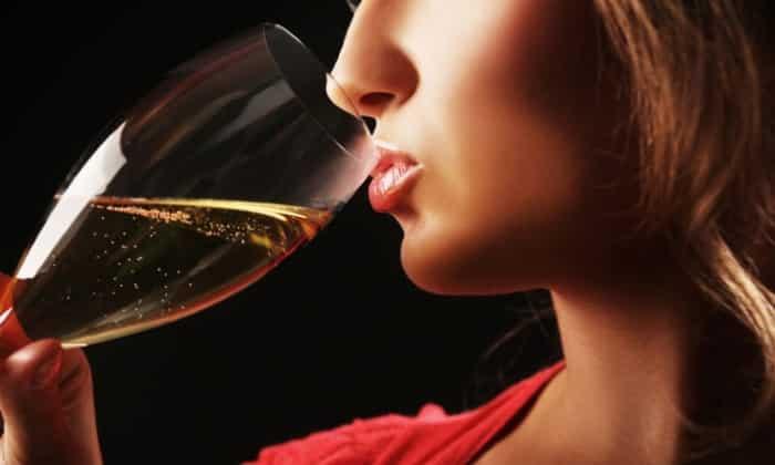 Женщинам рекомендуют ограничиваться 10 г спирта в день