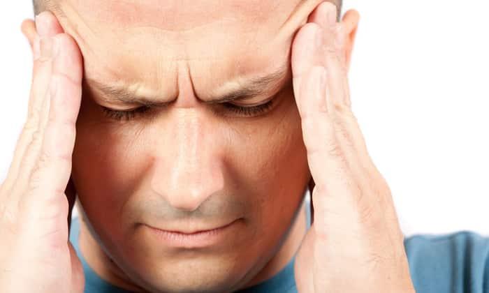 Почки начинают вырабатывать вещества, которые провоцируют сосудистые спазмы. Это усиливает давление, появляются головная боль и отеки