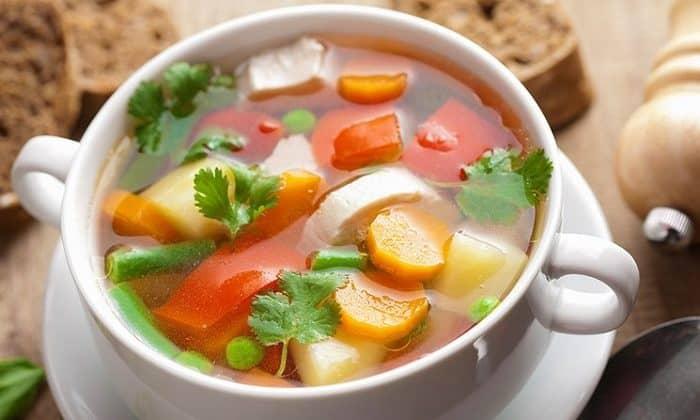 Для снижения действия алкоголя на организм можно приготовить овощной суп с добавлением мяса и сметаны (простокваши или ряженки)
