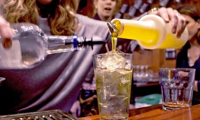 Таят в себе опасность и алкогольные коктейли, особенно для женщин и подростков. Кроме спирта, в этих напитках присутствуют фруктовые соки, красители, сахар, эфирные масла и специи.