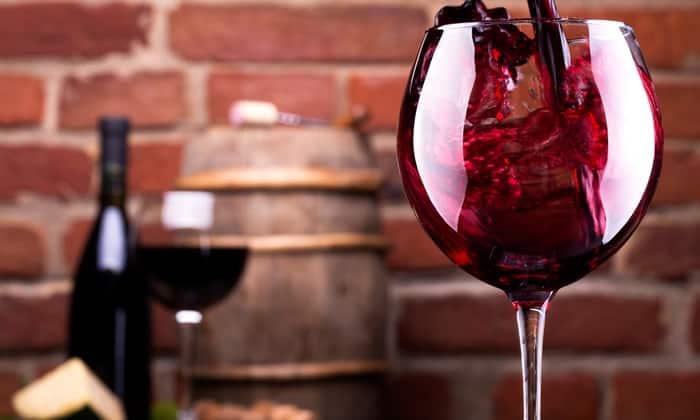 Допустимый суточный объем вина при грудном вскармливании - 1 бокал (примерно 140-150 мл)