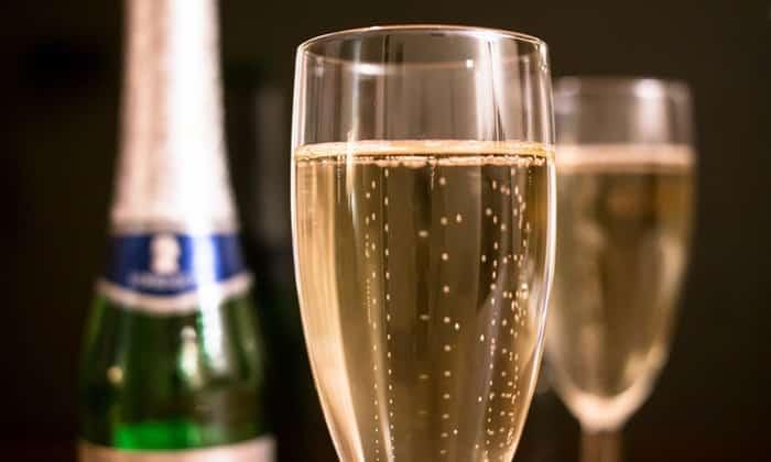 Как и вино, шампанское кормящей маме употреблять можно, но не более одного бокала в день