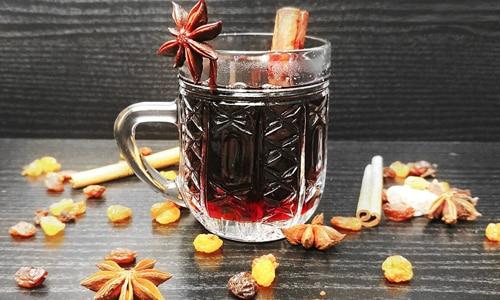 Для профилактики простуды в зимнее время популярен глинтвейн - горячий напиток из красного вина со специями