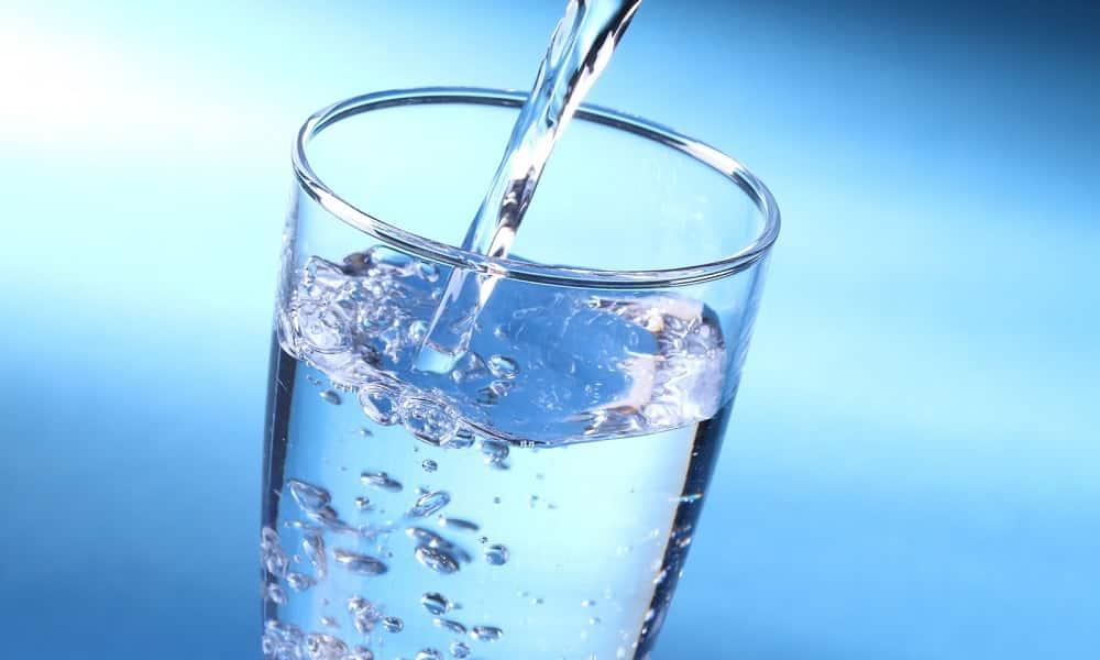 Нужно пить большое количество жидкости, чтобы помочь печени в переработке остатков алкоголя