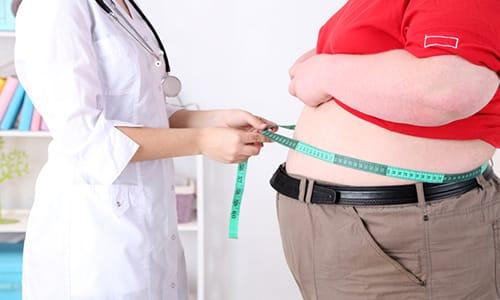 Вред пива для организма заключается также в том, что в процессе его употребления люди часто едят низкокачественную закуску, которая может стать причиной ожирения