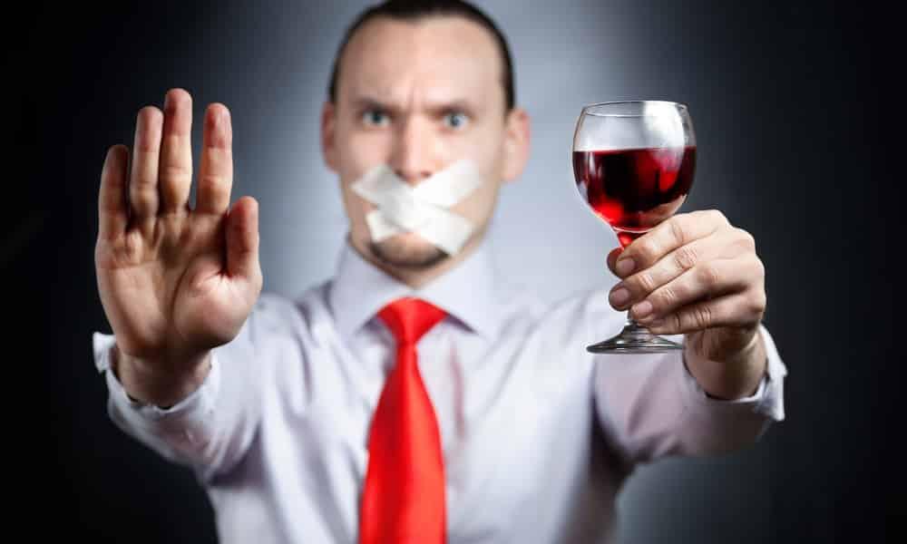 Красное сухое вино находится в перечне напитков, противопоказанных при повышенном АД